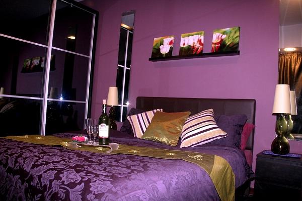 Một mẫu phòng ngủ với nội thất màu tím