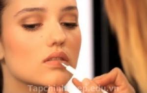 Sử dụng chổi đánh  môi
